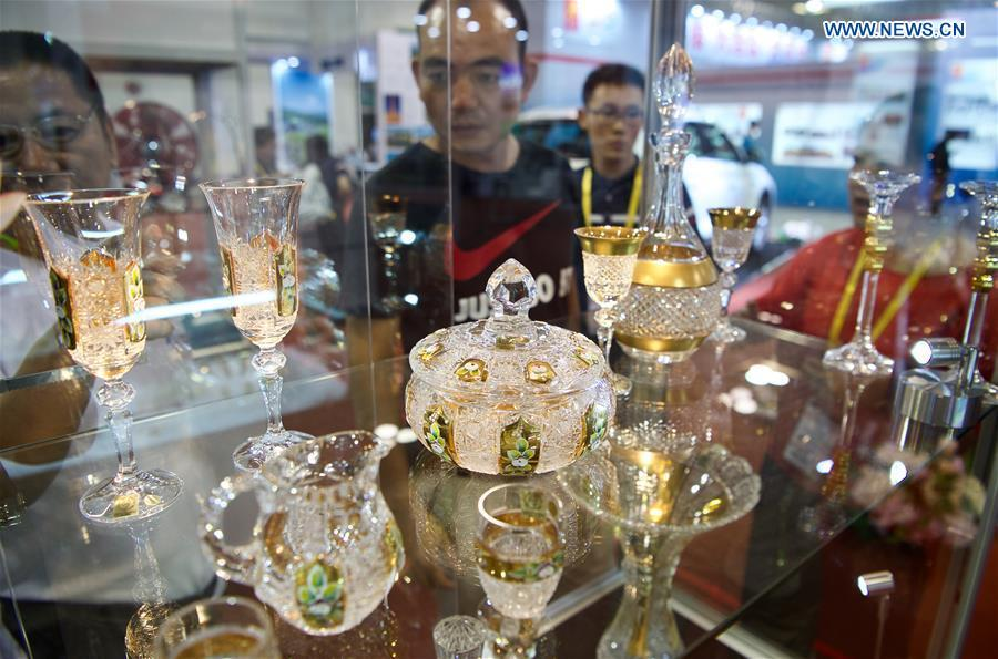 Visitors look at the Czech crystal artifacts at the 20th China International Fair for Investment and Trade in Xiamen, southeast China\'s Fujian Province, Sept. 8, 2018. (Xinhua/Jiang Kehong)