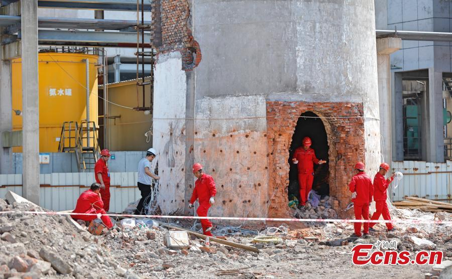 Workers prepare explosives to destroy a chimney at a thermal power plant in Yichang City, Central China's Hubei Province, Sept. 9, 2018. Yichang, located on the border of the upper and middle reaches of the Yangtze River, is closing chemical plants along China's longest river to improve its environmental protection. The city plans to shut down, upgrade or relocate a total of 134 chemical plants by 2020 in the ecological preservation campaign.(Photo/China News Service)
