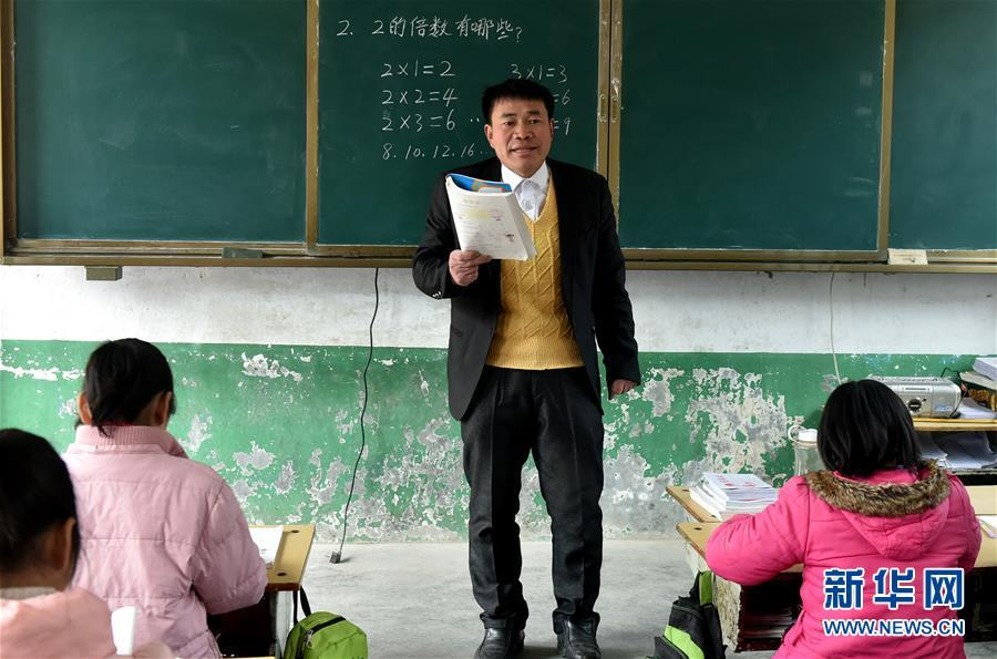 Zhang Yugun teaches in the Heihumiao village, Nanyang city of Henan Province, March 20, 2018. (Photo/Xinhua)