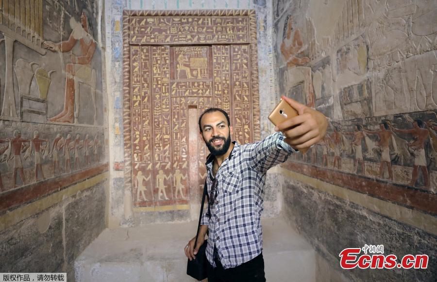 A man takes a selfie in a chamber of the tomb of Mehu, after it was opened for the public at Saqqara area near Egypt\'s Saqqara necropolis, in Giza, Egypt September 8, 2018. (Photo/Agencies)