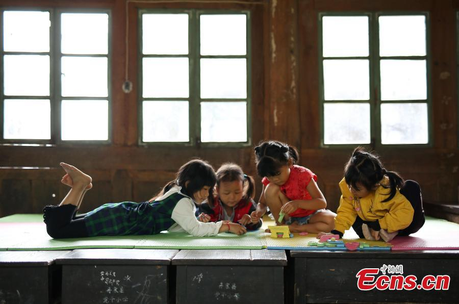 Wang Fangying (L), a first grader, plays with other children at a school in Danggan Village, Paitiao Town, Guizhou Province, Sept. 7, 2018. Yang, 40, is the only teacher in the school that has one first grader and seven pre-school children from nearby villages. If not for the school, children would have to travel to a town more than 20 kilometers away to study. (Photo: China News Service/Huang Xiaohai)