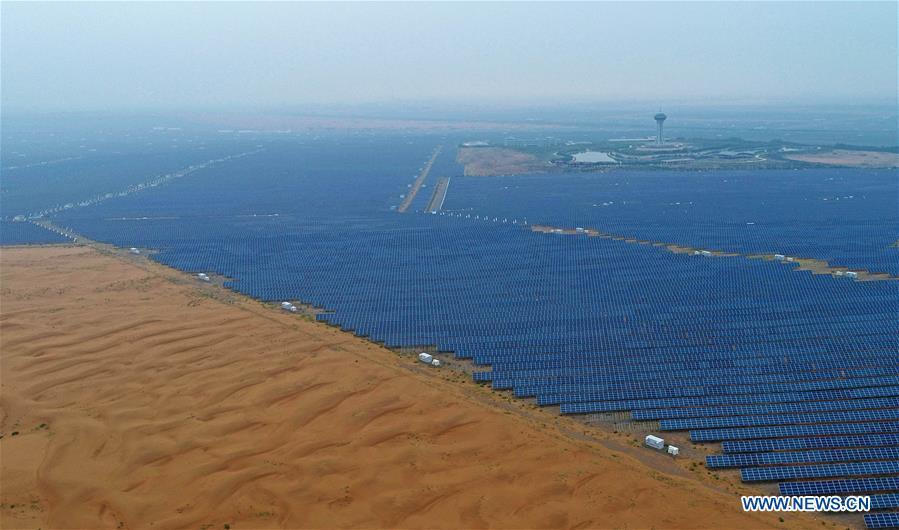 Photo taken on Aug. 31, 2018 shows the photovoltaic power station in Zhongwei City, northwest China\'s Ningxia Hui Autonomous Region. To take advantage of abundant sunshine, Zhongwei has set up a photovoltaic power industry chain. (Xinhua/Wang Peng)