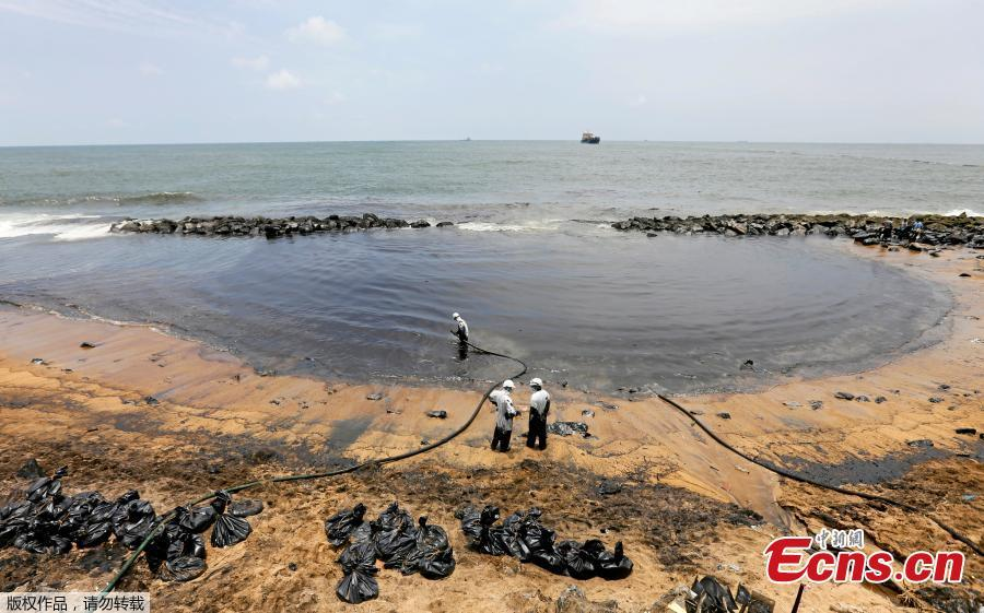 Members of the Sri Lankan coast guard remove oil from a beach after an oil spill in Uswetakeiyawa, Sri Lanka, Sept. 10, 2018. (Photo/Agencies)