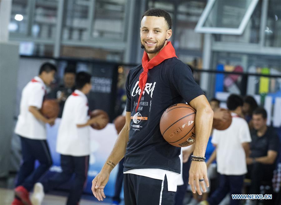NBA player Stephen Curry of Golden State Warriors reacts during a training session with young players of Middle School Attached to HUST (Huazhong University of Science and Technology) during his China Tour in Wuhan, central China\'s Hubei Province, Sept. 10, 2018. (Xinhua/Xiao Yijiu)