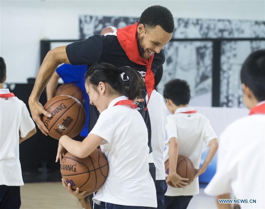NBA player Stephen Curry of Golden State Warriors takes a training session with young players of Middle School Attached to HUST (Huazhong University of Science and Technology) during his China Tour in Wuhan, central China\'s Hubei Province, Sept. 10, 2018. (Xinhua/Xiao Yijiu)