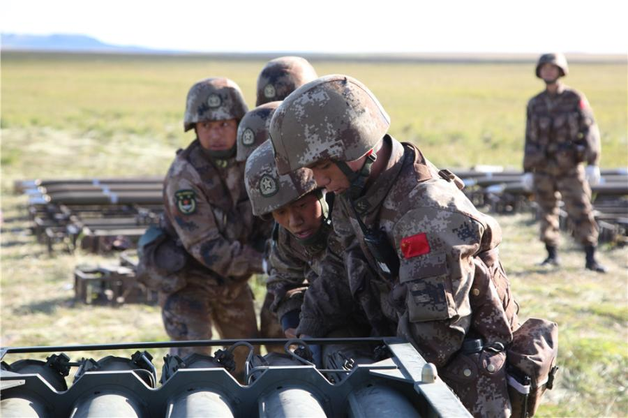 Chinese soldiers are loading rockets into the launcher at the Tsugol training range in Russia\'s Trans-Baikal region. (Photo by PAN Mengqi/chinadaily.com.cn)