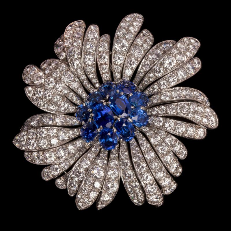 A piece of jewellery belonging to Grace Kelly, the late princess of Monaco, is on show in Beijing. (Photo/China Daily)