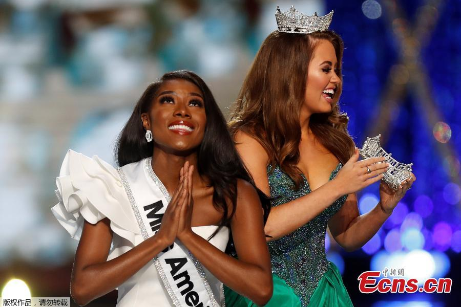 Miss New York Nia Imani Franklin prays as she waits for the tiara to be put on her by outgoing Miss America Cara Mund on stage in Atlantic City, New Jersey, U.S., Sept. 9, 2018. (Photo/Agencies)