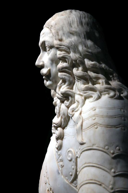 White marble bust by Lazare Ratto in 1660; visitors admire works by European artists. (Photo/China Daily)
