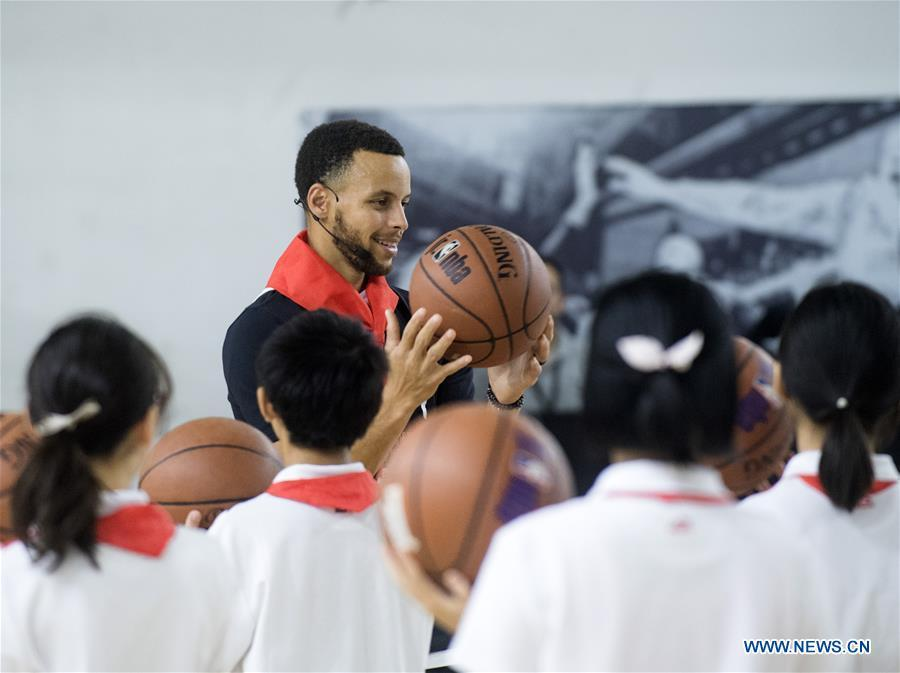 NBA player Stephen Curry of Golden State Warriors gives instructions during a training session with young players of Middle School Attached to HUST (Huazhong University of Science and Technology) during his China Tour in Wuhan, central China\'s Hubei Province, Sept. 10, 2018. (Xinhua/Xiao Yijiu)