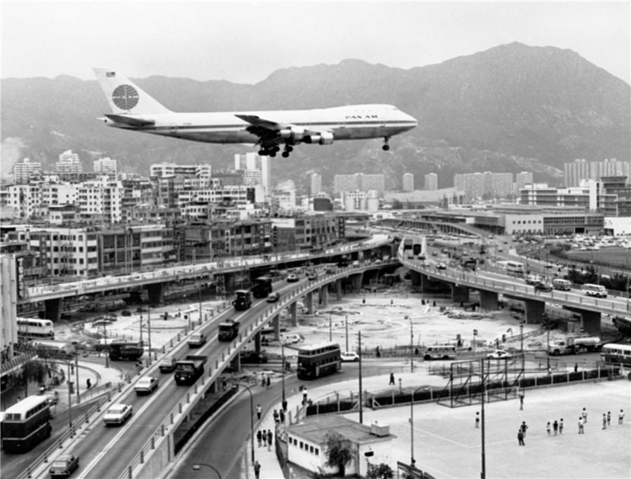A plane prepares to land at Kai Tak Airport in 1972. PHOTO PROVIDED TO CHINA DAILY Passenger surge  Sprawling across 1,255 hectares, the new airport is four times the size of Kai Tak. With the greater size came a surge in passenger volume and more extensive links to turn Hong Kong into a leading global aviation hub.  When the new airport began to operate, it handled about 21.6 million passengers, traveling to 120 global destinations on about 60 airlines.  Last year, it had connections to 220 international destinations. More than 120 airlines operated there, handling 73.6 million passengers.  \