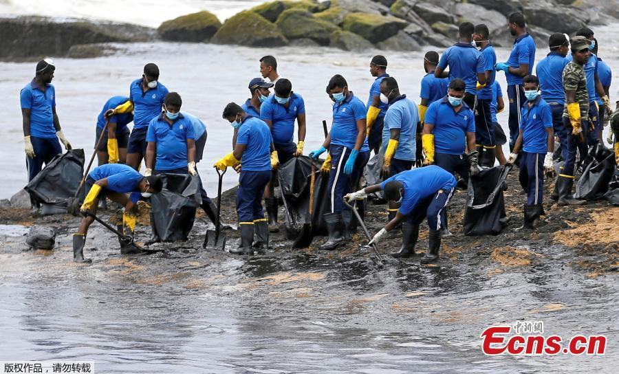 Members of the Sri Lankan navy remove oil from a beach after an oil spill in Uswetakeiyawa, Sri Lanka, Sept. 10, 2018. (Photo/Agencies)