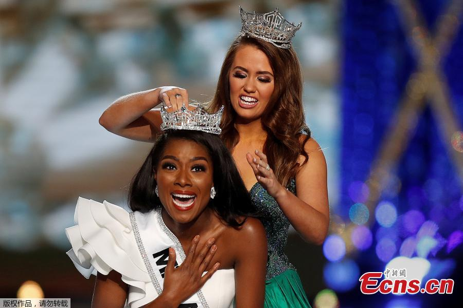 Miss New York Nia Imani Franklin has the tiara put on her by outgoing Miss America Cara Mund on stage in Atlantic City, New Jersey, U.S., Sept. 9, 2018. (Photo/Agencies)