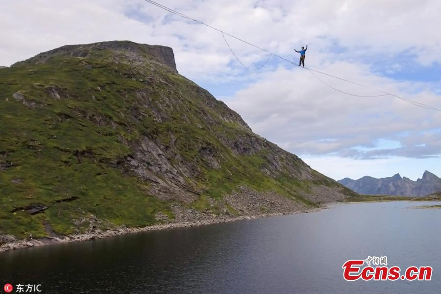 Slackline walker Quirin Herterich attempts to walk 2,800 meters over a slackline in Senja, Norway. Herterich was attempting to walk 2,800 meters straight over lake Svartholvatnet in Senja but he ended up walking 2,500 meters in three hours and five minutes before falling. He can be seen balancing on the thin rope before falling, spinning on the rope, and continuing to the end. Quirin Herterich is no stranger to slacklining and has completed challenges in Albania, Germany, Switzerland and Croatia. (Photo/IC)