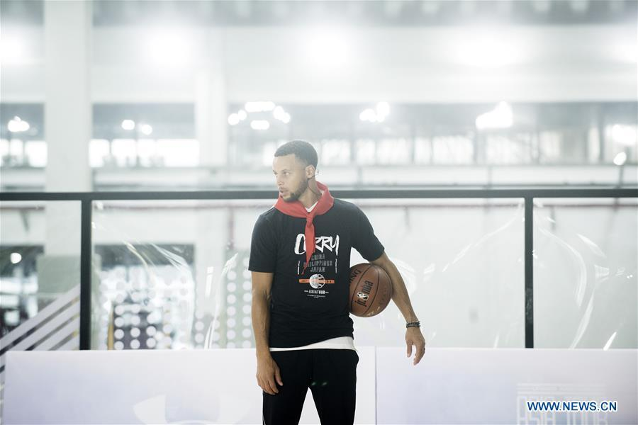 NBA player Stephen Curry of Golden State Warriors looks on during a training session with young players of Middle School Attached to HUST (Huazhong University of Science and Technology) during his China Tour in Wuhan, central China\'s Hubei Province, Sept. 10, 2018. (Xinhua/Xiao Yijiu)