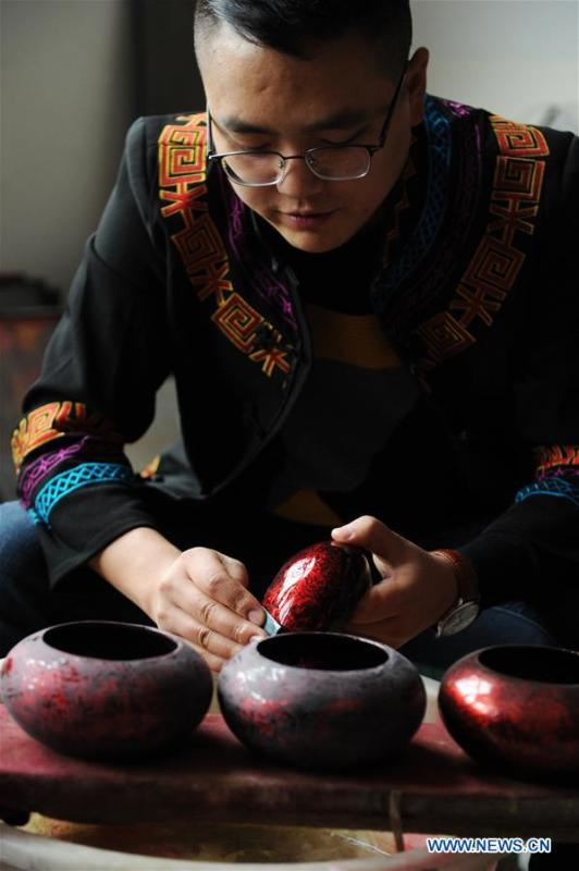 Inheritor Gao Yan makes lacquerwork in Dafang County, southwest China\'s Guizhou Province, Sept. 10, 2018. Lacquerwork produced in Dafang County is handmade through all the procedures and requires high standards. The making technique can only be get from experienced craftsman. Nowadays, local government has set up studios and introduced the artwork to online shops for the inheritance of the art. (Xinhua/Yang Wenbin)