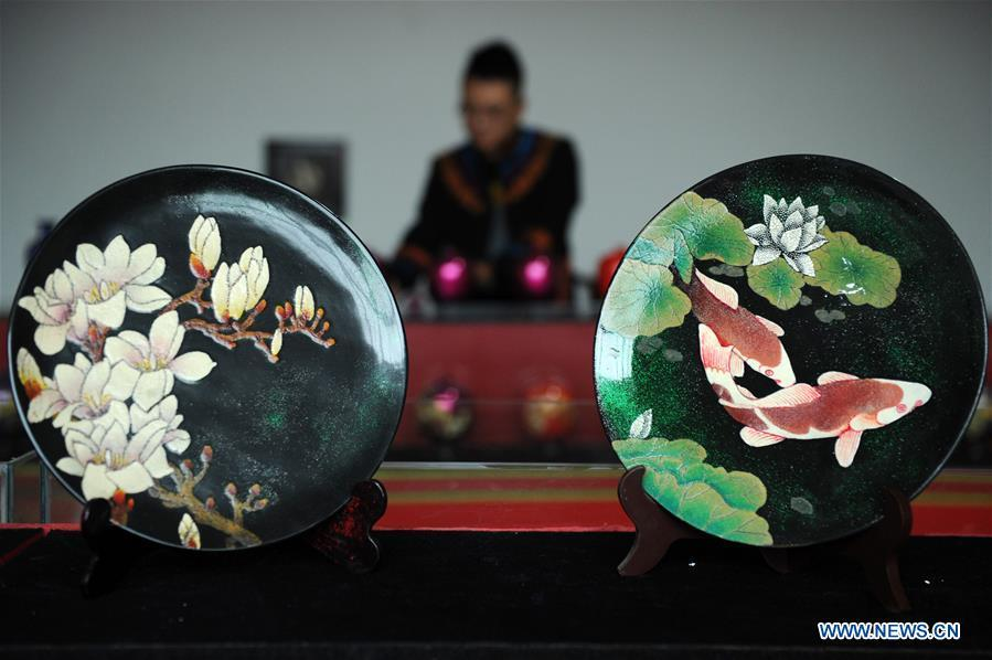 Lacquerworks are seen at a factory in Dafang County, southwest China\'s Guizhou Province, Sept. 10, 2018. The lacquerwork produced in Dafang County is handmade through all the procedures and requires high standards. The making technique can only be get from experienced craftsman. Nowadays, local government has set up studios and introduced the artwork to online shops for the inheritance of the art. (Xinhua/Yang Wenbin)