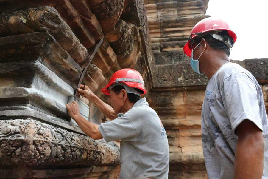Chinese specialists help renovate Ta Keo Temple at the Angkor complex in Cambodia in July. (Photo/Xinhua)  Coordination between different countries key to success   August is probably not the best time for tourists to travel to Angkor Archaeological Park in northern Cambodia, as the rainy season brings particularly muggy conditions.  But for Yuan Mengxi, an assistant researcher at the Chinese Academy of Cultural Heritage, her trip last month was perhaps one of her most exciting, although she had been there more than 10 times.  Restoration of Ta Keo, a temple at the site built in the 10th and 11th centuries, has been completed.  \