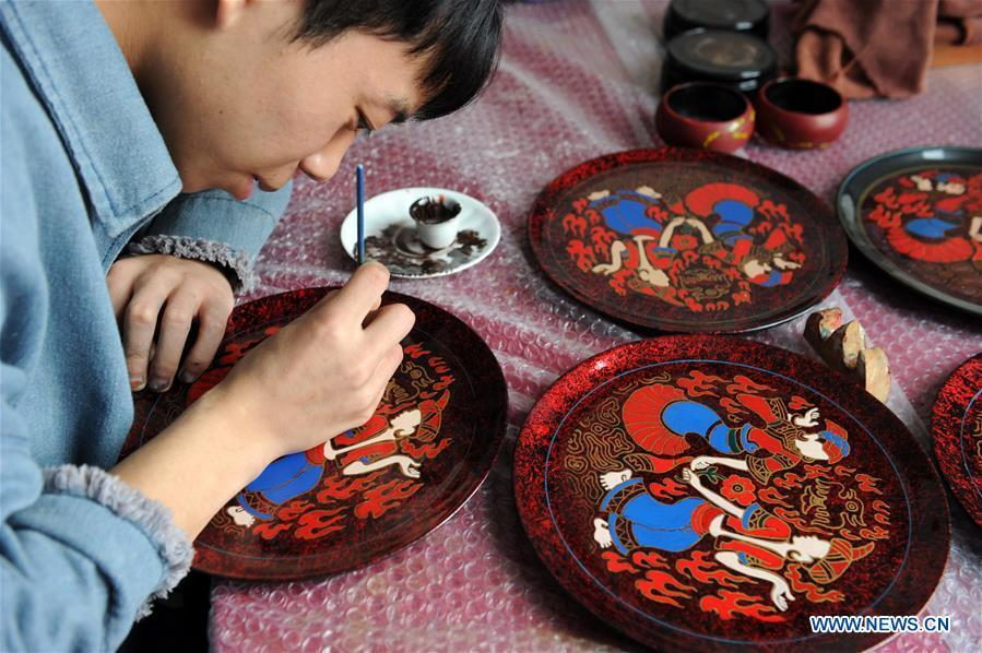 A craftsman makes lacquerworks in Dafang County, southwest China\'s Guizhou Province, Sept. 10, 2018. Lacquerwork produced in Dafang County is handmade through all the procedures and requires high standards. The making technique can only be get from experienced craftsman. Nowadays, local government has set up studios and introduced the artwork to online shops for the inheritance of the art. (Xinhua/Yang Wenbin)