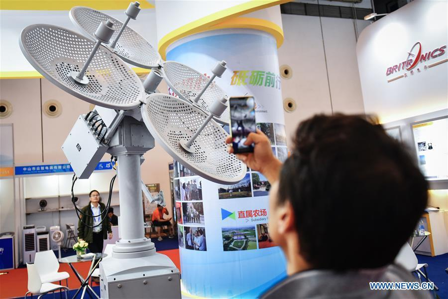 A visitor looks at a meteorological radar at the 15th China-ASEAN Expo in Nanning City, south China\'s Guangxi Zhuang Autonomous Region, Sept. 13, 2018. High-tech exhibits attracted many visitors at the expo. (Xinhua/Li Mangmang)