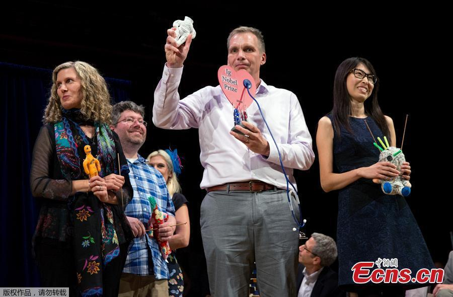 Hanyu Liang, right, and her team receive the Ig Nobel award for economics during ceremonies at Harvard University in Cambridge, Mass., Thursday, Sept. 13, 2018. The team won for investigating whether it is effective for employees to use Voodoo dolls to retaliate against abusive bosses.  (Photo/Agencies)