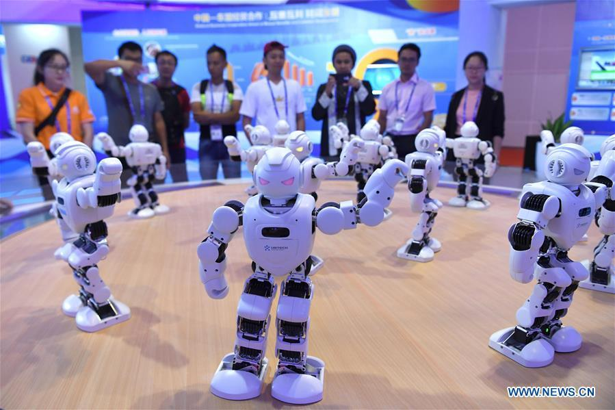 Visitors watch robot dance at the 15th China-ASEAN Expo in Nanning City, south China\'s Guangxi Zhuang Autonomous Region, Sept. 13, 2018. High-tech exhibits attracted many visitors at the expo. (Xinhua/Zhou Hua)