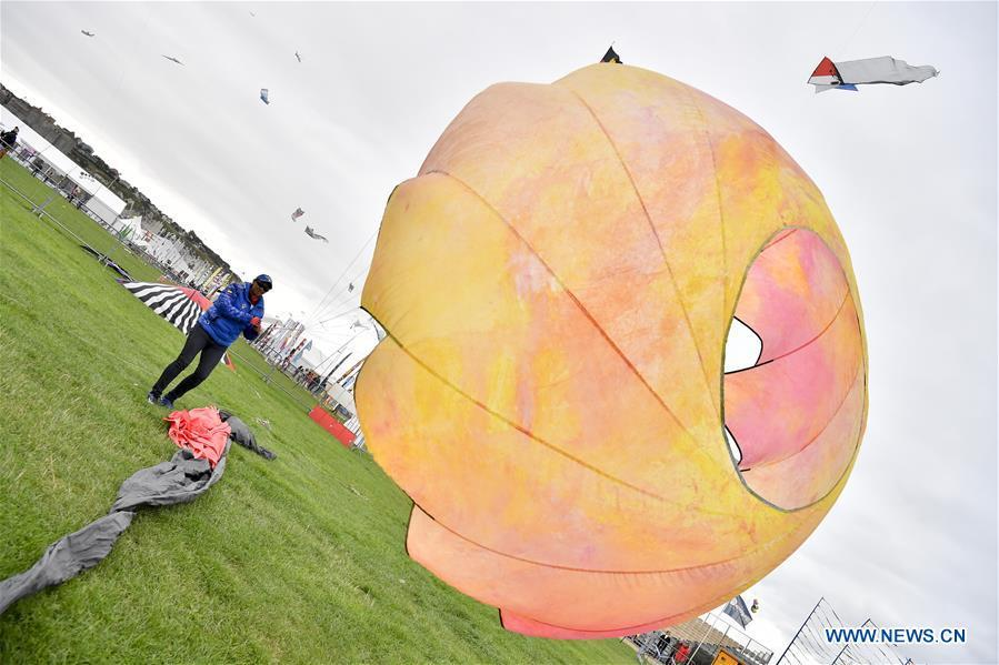 An enthusiast flies a kite in Dieppe, France, on Sept. 14, 2018. The 20th Dieppe International Kite Festival is held here from Sept. 8 to Sept. 16, attracting over 1,000 kite enthusiasts from 34 countries and regions. (Xinhua/Chen Yichen)