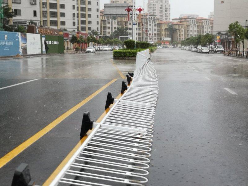 The traffic barrier is blowed down in Shanwei, South China\'s Guangdong Province. (Photo provided to chinadaily.com.cn)