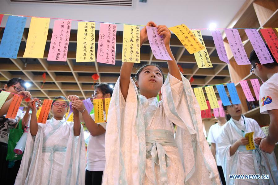 Children take part in a lantern-riddle activity to greet the upcoming Mid-Autumn Festival at a community in Hefei, capital of east China\'s Anhui Province, Sept. 15, 2018. (Xinhua/Liu Junxi)