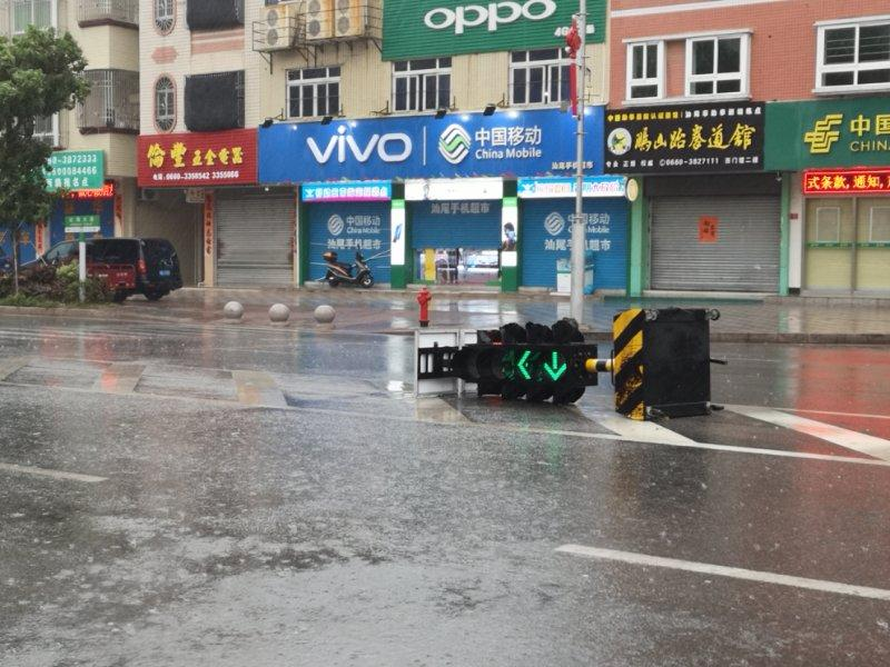 A stoplight is blowed down in Shanwei, South China\'s Guangdong Province. (Photo provided to chinadaily.com.cn)