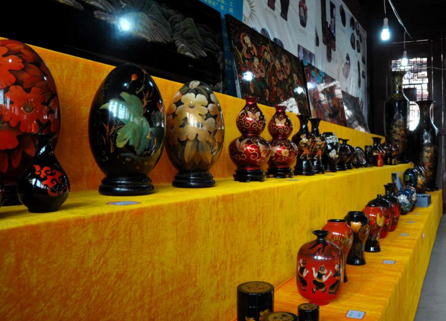 Lacquerware made in Dafang county, Guizhou Province has been known for its beauty. They are often moulded on a base of horse or buffalo skin, shaped after dipping in water, then dried over fire. This art form has been existed for over 600 years. (Photo/China Daily)