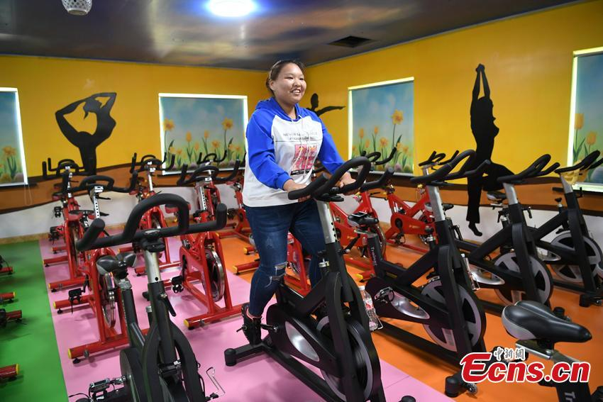 Zuo Yaci, 21, works out at a hospital in Changchun, Jilin Province. She dropped out of school in Hebei Province because she was plus-size when just a second-year middle school student. Zuo began receiving treatment to lose weight at a hospital in Changchun, Jilin Province in September 2017, slashing her weight to 100 kilograms. She says she now feels more confident and optimistic about life. (Photo: China News Service/Zhang Yao)