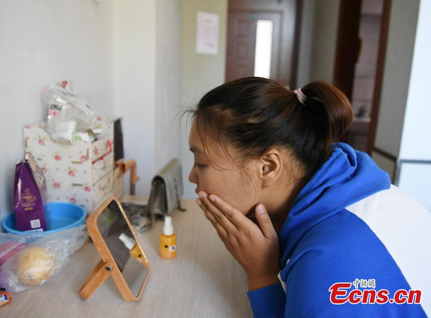 Zuo Yaci, 21, live-streams of her fight against weight on the Internet every day. She dropped out of school in Hebei Province because she was plus-size when just a second-year middle school student. Zuo began receiving treatment to lose weight at a hospital in Changchun, Jilin Province in September 2017, slashing her weight to 100 kilograms. She says she now feels more confident and optimistic about life. (Photo: China News Service/Zhang Yao)