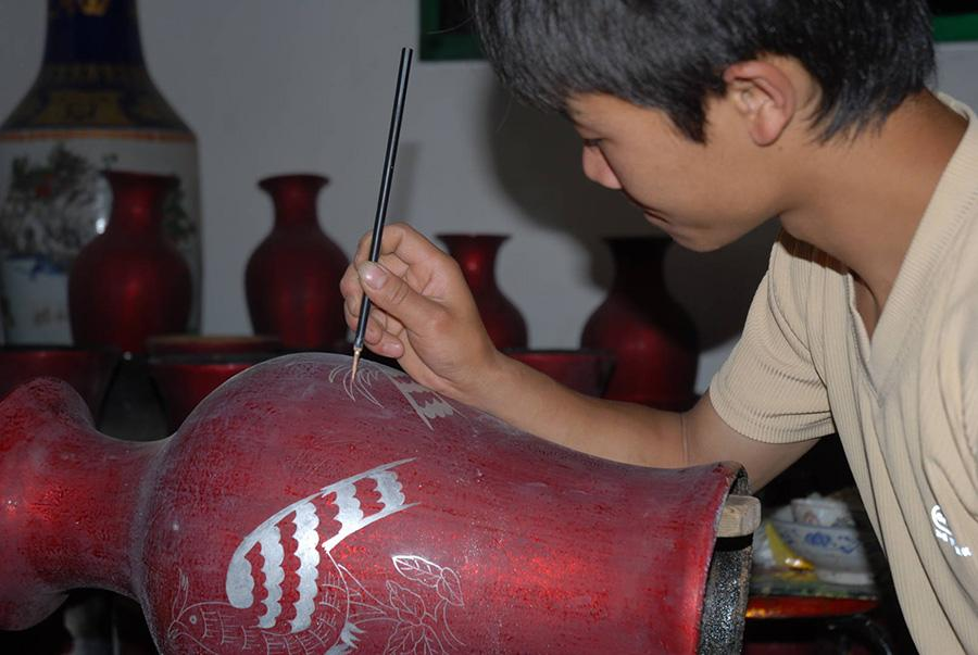 A craftman is making lacquer ware in Dafang county, Guizhou Province. (Photo/China Daily)
