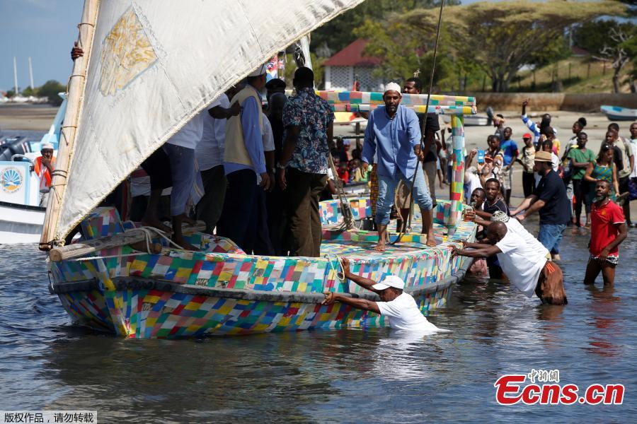 People push Flipflopi, the first dhow boat made entirely of recycled plastic, as it takes the first voyage sail, after the launch ceremony on the island of Lamu, Kenya, Sept. 15, 2018. Kenyan islanders have built a boat made entirely of recycled plastic collected during clean-ups of the ocean to highlight the growing menace of plastic waste that ends up in the sea.(Photo/Agencies)