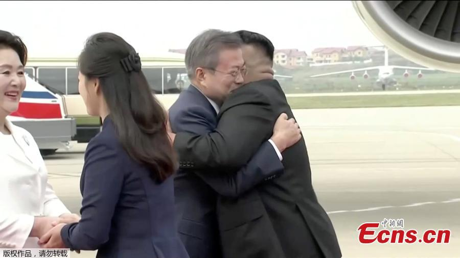 In this image made from video, South Korean President Moon Jae-in, second from right, and his wife Kim Jung-sook, left, are welcomed by the Democratic People\'s Republic of Korea leader Kim Jong Un and his wife Ri Sol Ju upon their arrival in Pyongyang, DPRK, Sept. 18, 2018. Moon landed in Pyongyang for his third summit this year with Kim. (Photo/Agencies)