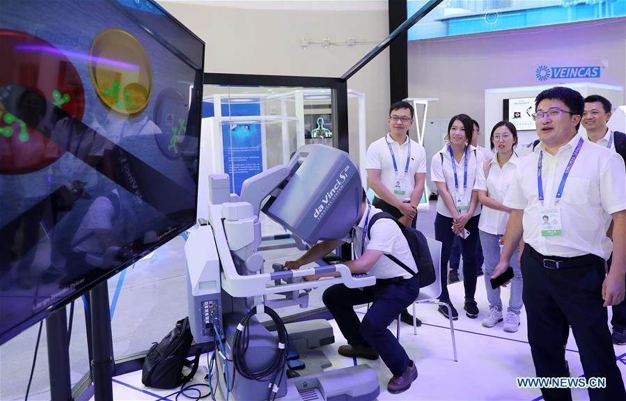 Visitors watch a demonstration of robot surgery system during the World Artificial Intelligence Conference (WAIC) 2018 in Shanghai, east China, Sept. 17, 2018. The three-day conference has attracted experts, scholars and entrepreneurs from nearly 40 countries and regions. More than 200 leading companies in AI participated in the conference and the exhibition. (Xinhua/Fang Zhe)