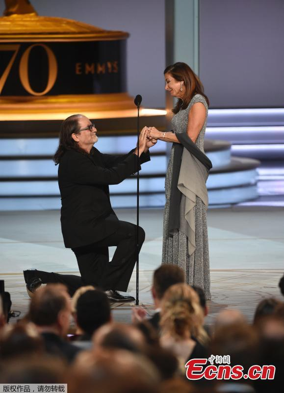 Outstanding Directing For A Variety Special Emmy winner Glenn Weiss proposes to his girlfriend Jan Svendsen at the Television Academy's 70th Annual Emmy Awards in Los Angeles, California, U.S. Sept. 17, 2018. (Photo/Agencies)