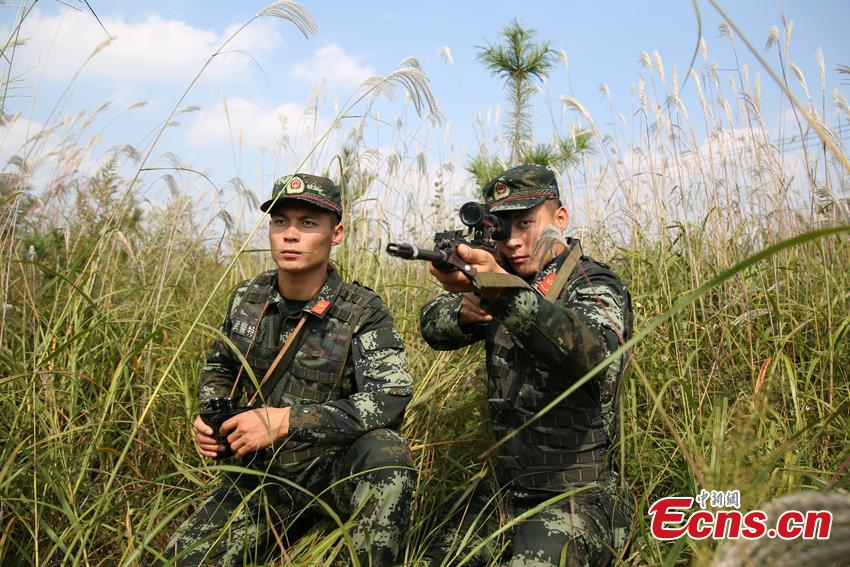 Armed police Kang Lidong and Kang Liming, who are twin brothers, train in Meihekou City, Northeast China's Jilin Province. The Kang brothers joined the army together and have won a number of awards although they have different personalities and gifts. (Photo: China News Service/Liang Yonggang)