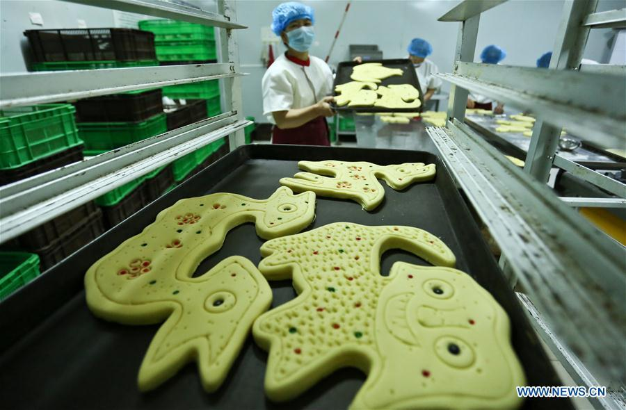 Traditional moon cakes are prepared to be baked at a food processing workshop in Zhangye, northwest China\'s Gansu Province, on Sept. 18, 2018. Making traditional moon cakes before the Mid-Autumn Festival dates back to a thousand years in Zhangye. (Xinhua/Wang Jiang)