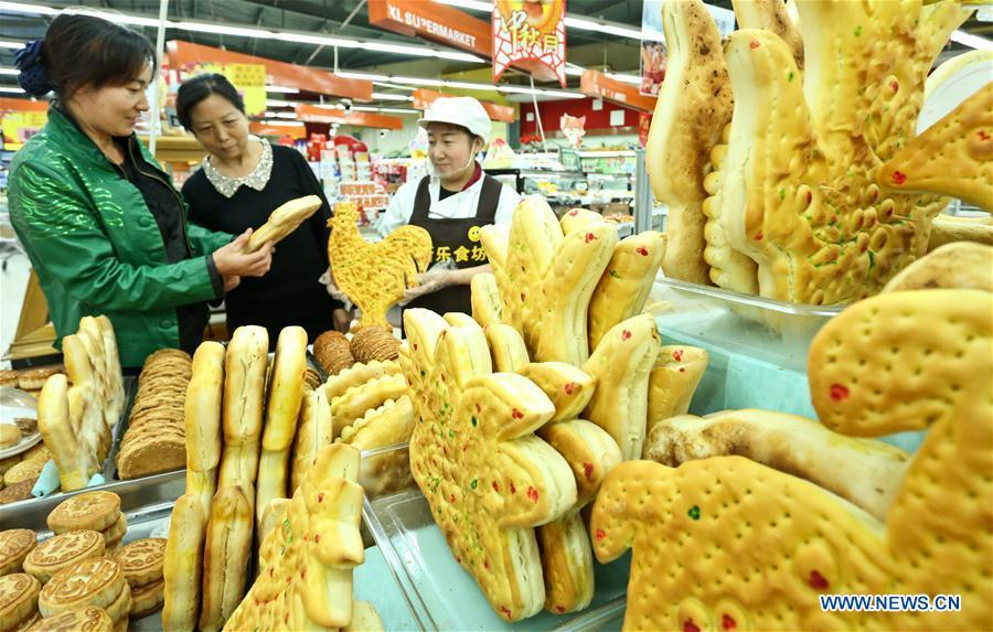 Citizens purchase traditional moon cakes in a supermarket of Zhangye, northwest China\'s Gansu Province, Sept. 18, 2018. Making traditional moon cakes before the Mid-Autumn Festival dates back to a thousand years in Zhangye. (Xinhua/Wang Jiang)
