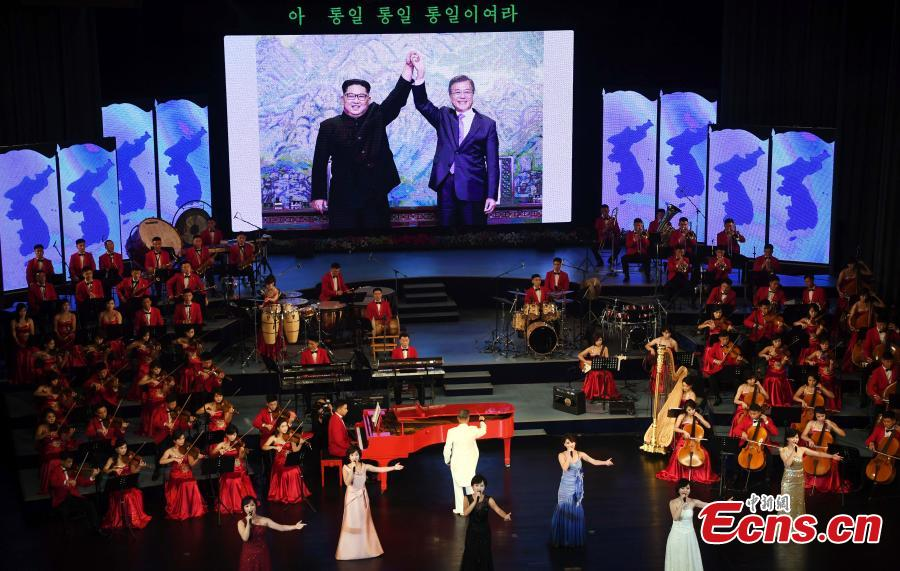 South Korean President Moon Jae-in talks with the Democratic People\'s Republic of Korea leader Kim Jong Un as they watch an art performance at Pyongyang Grand Theatre in Pyongyang, Sept. 18, 2018. (Photo provided to China News Service)