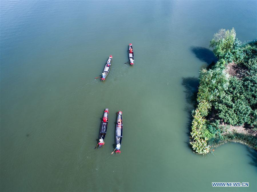 Aerial photo taken on Sept. 19, 2018 shows local people performing a wedding ceremony on Dingshan Lake of Tangqi Township in Hangzhou, capital of east China\'s Zhejiang Province. The locals held various folk activities to celebrate the coming of China\'s first Farmers\' Harvest Festival and the Mid-Autumn Festival. (Xinhua/Xu Yu)