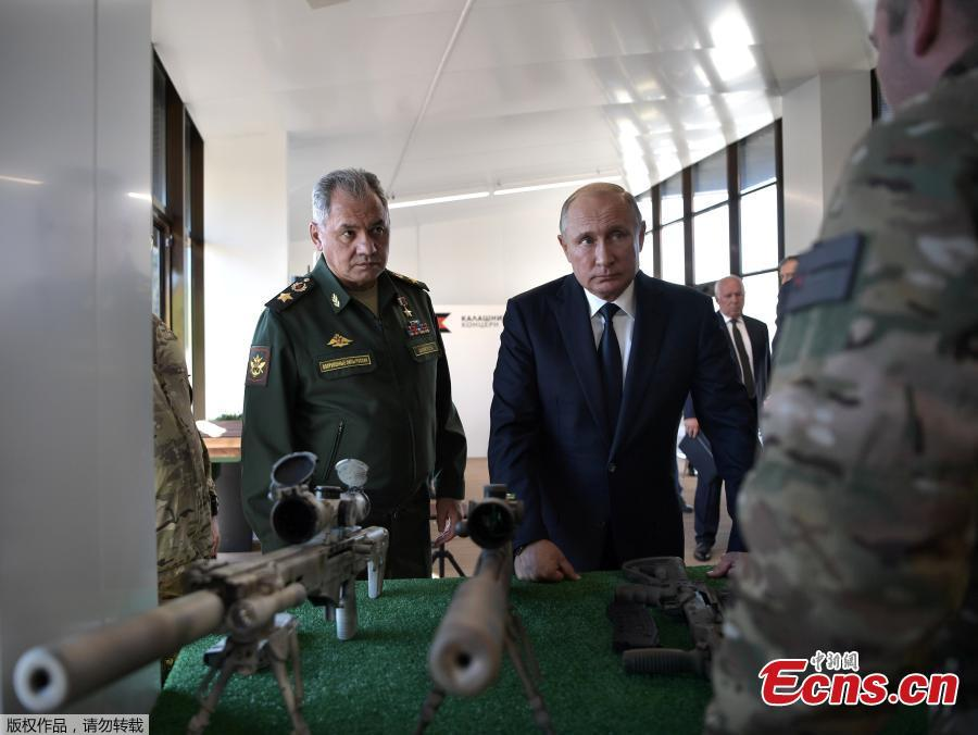 Russian President Vladimir Putin, right, and Russian Defense Minister Sergei Shoigu look at sniper rifles during a visit to the Patriot military exhibition center outside Moscow, Russia, Sept. 19, 2018. Putin chaired a meeting that focused on new arms programs. (Photo/Agencies)