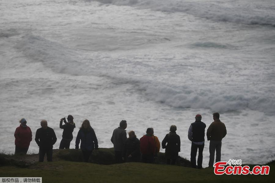 People look out at rough sea from Slea Head during Storm Ali in Coumeenoole, Ireland, Sept. 19, 2018. A woman died on Wednesday when high winds blew her caravan off a cliff in the Irish Republic and a man died in Northern Ireland as Storm Ali grounded flights and left over 200,000 people across the island without electricity. (Photo/Agencies)