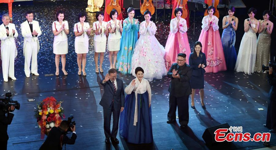 South Korean President Moon Jae-in, his wife Kim Jung-sook, the Democratic People\'s Republic of Korea leader Kim Jong Un and his wife Ri Sol Ju, come down to the stage after the art performance at Pyongyang Grand Theatre in Pyongyang, Sept. 18, 2018. (Photo provided to China News Service)