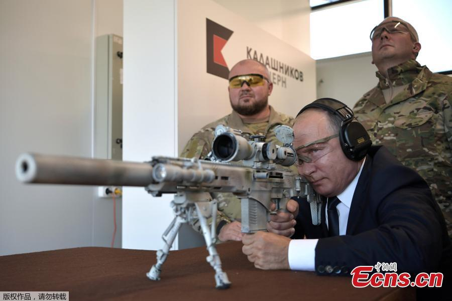 Russian President Vladimir Putin aims a sniper rifle during a visit to the Patriot military exhibition center outside Moscow, Russia, Sept. 19, 2018. Putin chaired a meeting that focused on new arms programs. (Photo/Agencies)