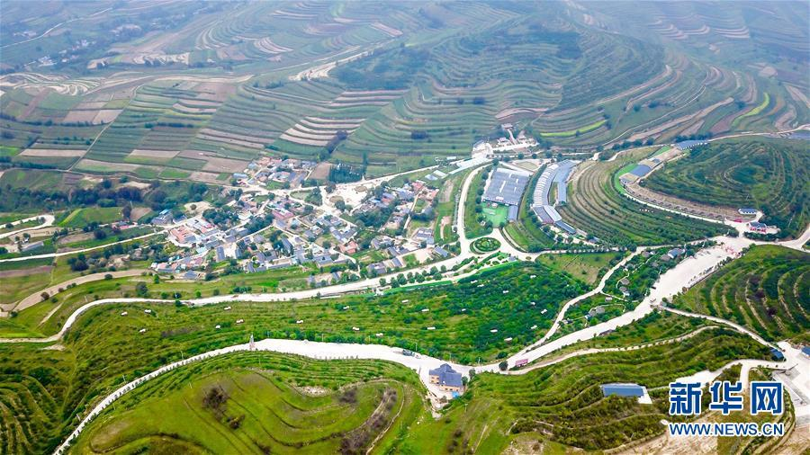 A photo taken Aug 30 shows a view of Longwangba village of Xiji county in Guyuan city, Ningxia Hui autonomous region. (Photo/Xinhua)