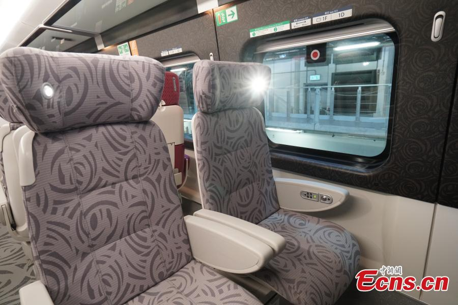 A view of a compartment for first-class seats in the high-speed train used for the Guangzhou-Shenzhen-Hong Kong Express Rail Link, Sept. 23, 2018. The first-class seats feature soft lighting, seats in different colors, as well as rose patterns on the floor. (Photo: China News Service/Zhang Wei)