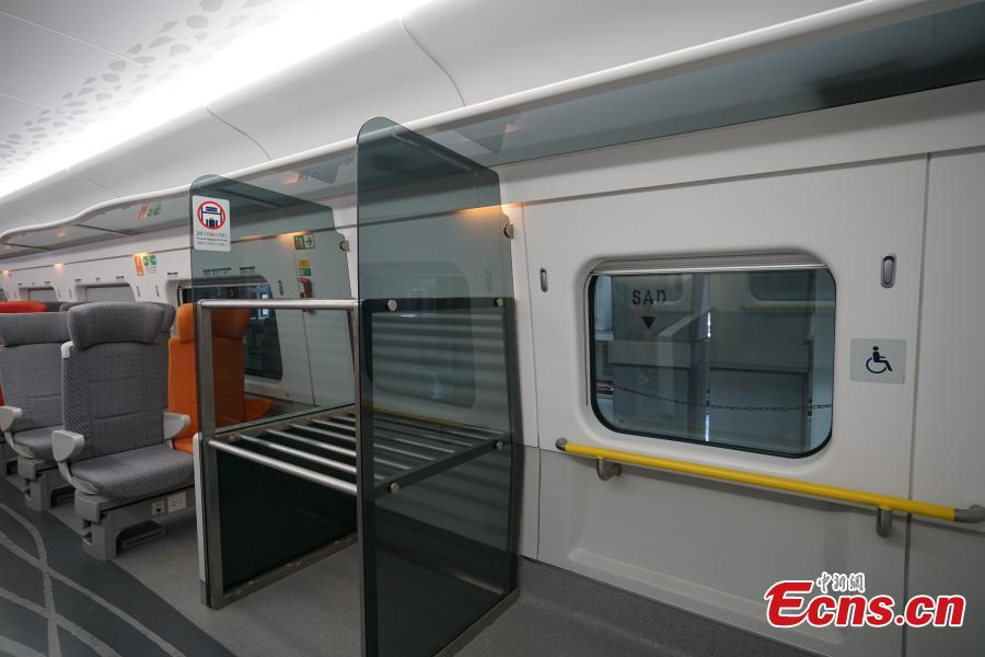 Luggage racks are installed along both sides of the carriage above the seats in the high-speed train used for the Guangzhou-Shenzhen-Hong Kong Express Rail Link, Sept. 23, 2018. A rack for bulky luggage is also available in each compartment. (Photo: China News Service/Zhang Wei)